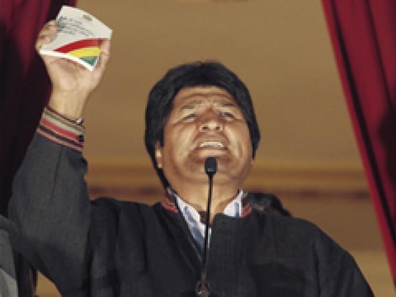 Evo Morales celebró su triunfo mostrando a sus seguidores la nueva constitución, que abre las puertas del poder a la mayoría indígena. (Foto: Reuters)