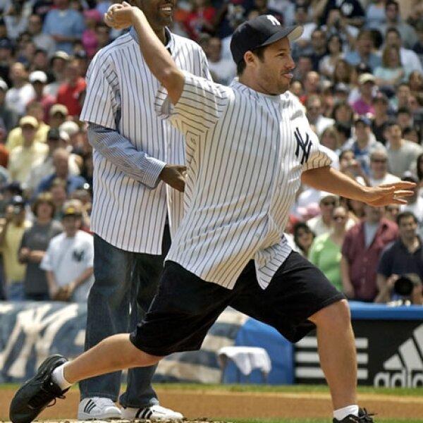 Adam Sandler y Chris Rock, ambos fans de los Yankees de Nueva York, se divierten previo a un partido de su equipo.