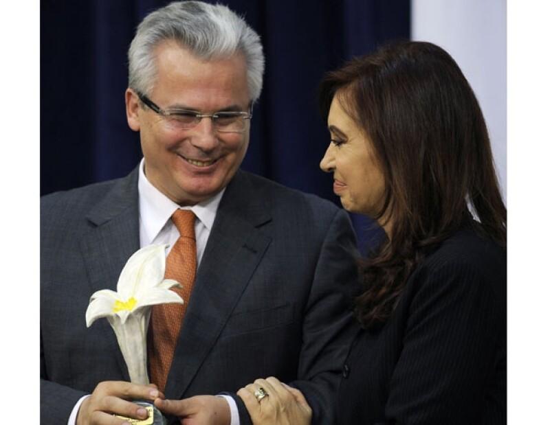 2010. Para el español, una flor. Se trata de un premio por su lucha a favor de los derechos humanos.