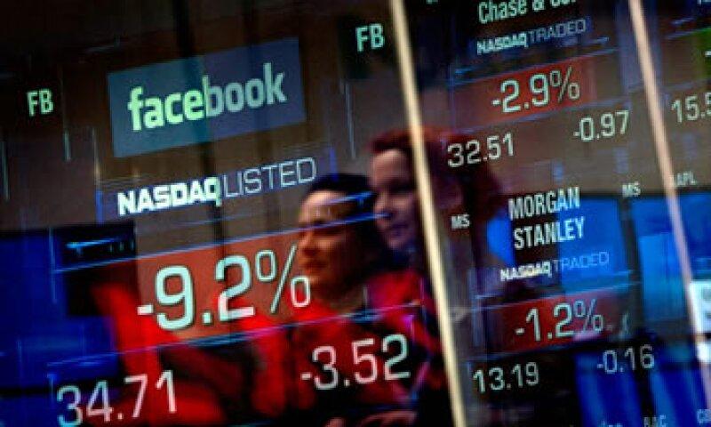 Las acciones de Facebook cerraron 4 dólares por debajo del precio de su OPI en su segundo día de cotización. (Foto: Cortesía CNNMoney.com)