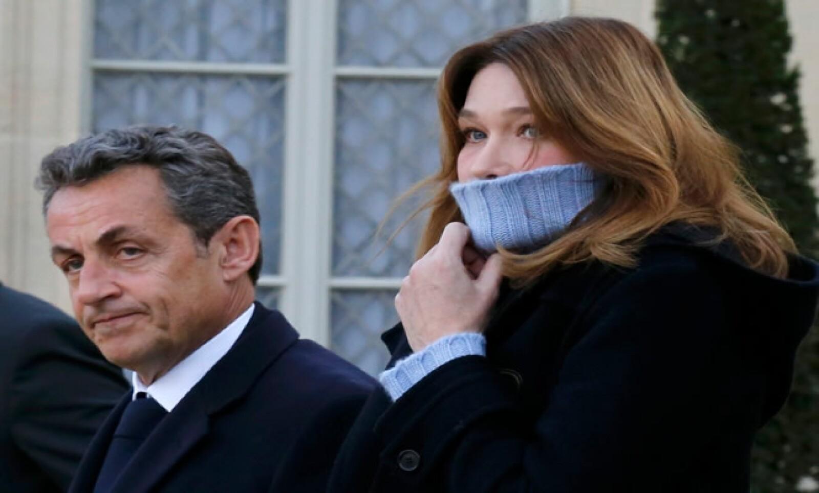 El ex presidente francés y ahora jefe del partido francés UMP, y su esposa Carla Bruni-Sarkozy asistieron a la marcha.