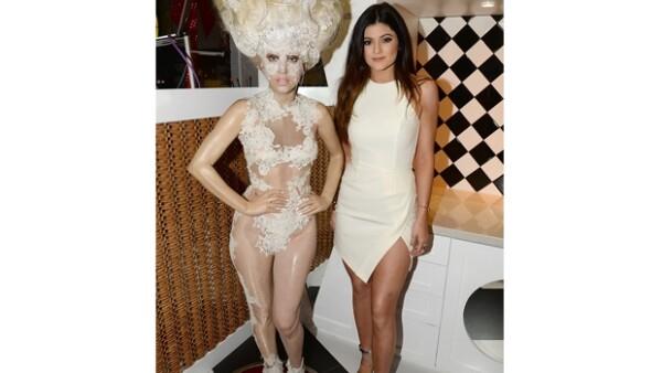 La menor del clan Jenner-Kardashian sorprendió con su sexy outfit durante la inauguración de una dulcería en Los Angeles.