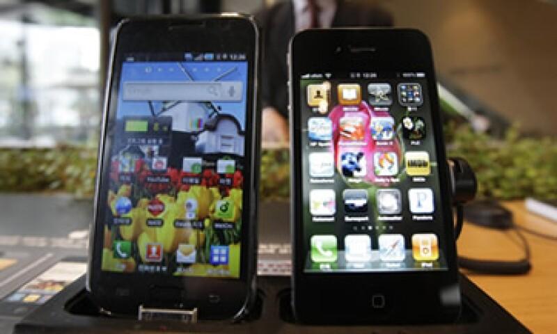 Apple complicó su disputa con Samsung al solicitar una orden judicial que prohibiría toda la línea de dispositivos inteligentes de su rival. (Foto: AP)