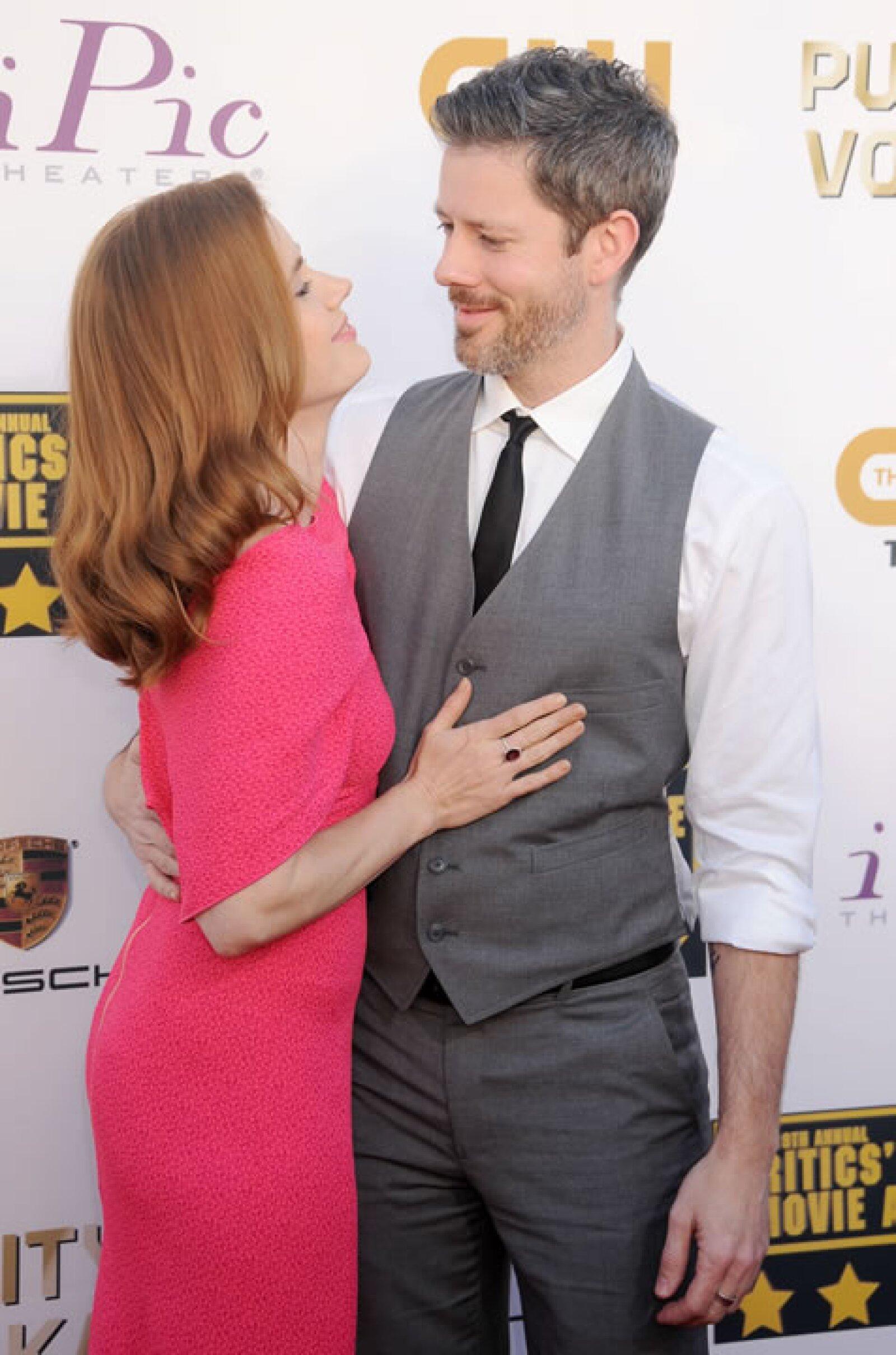 Amy Adams y su esposo Darren Le Gallo se mostraron de lo más enamorados.