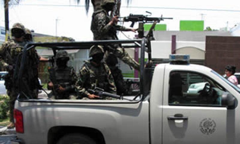 Nayarti registró 50 muertes por cada 100,000 habitantes en 2010. En la imagen, militares vigilan calles en Tepic. (Foto: Notimex)