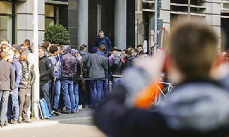 Clientes en Berlín esperaban la apertura de una tienda para comprar el reloj. (Foto: Reuters )