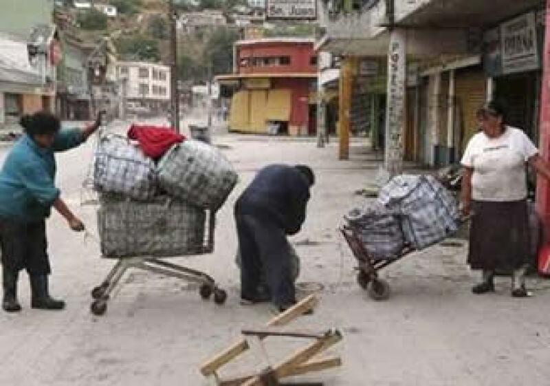 Comerciantes en Chile lograron rescatar un poco de mercancía tras los daños del 27 de febrero. (Foto: Reuters)