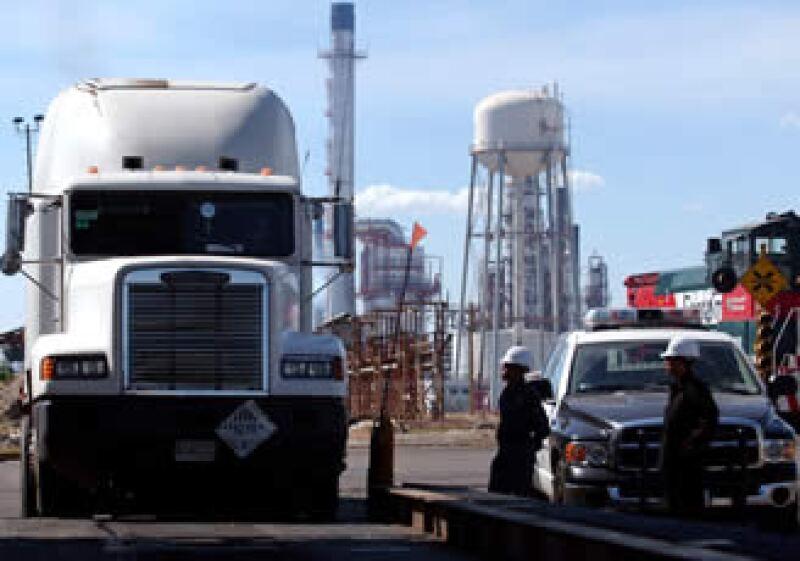 Pemex planea invertir más de 9,000 mdd en la construcción de su nueva refinería. (Foto: Archivo AP)