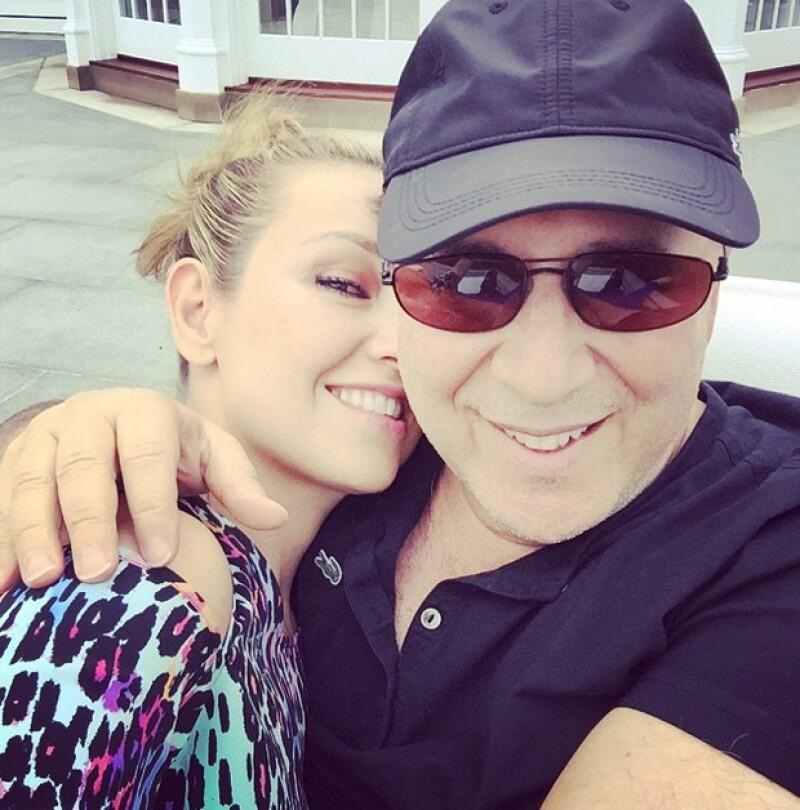 El empresario llega a los 66 años de vida este martes y 15 de ellos los ha pasado junto a la cantante mexicana, logrando una relación estable y digna de envidiarse por muchos famosos, ¿cómo lo logran?