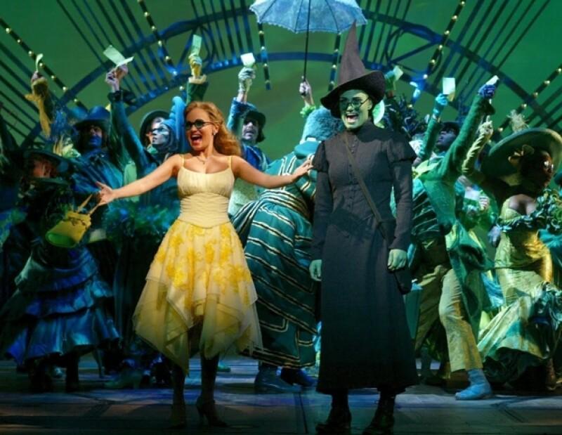 Glinda y Elphaba llegan a Ciudad Esmeralda por primera vez.