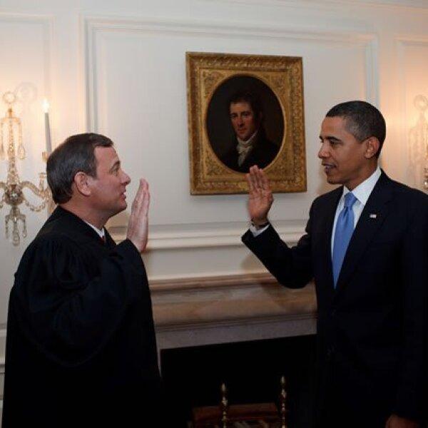 Barack da juramento por segunda vez antes el jefe de justicia, John G. Roberts Jr. en el Cuarto de Mapas de la Casa Blanca, durante su primer día de trabajo.