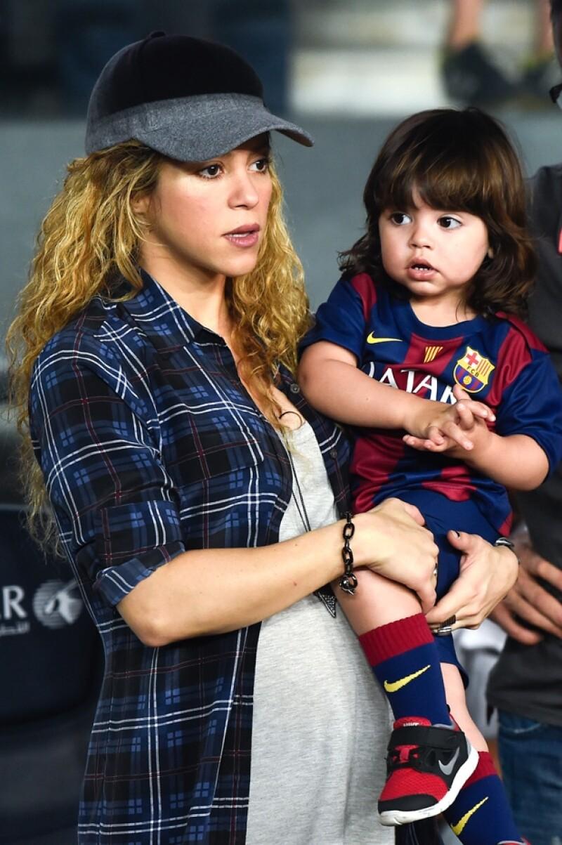 Desde pequeño y con Sasha dentro de la panza de su mamá, Milan apoyaba a Piqué uniformado de azulgrana.