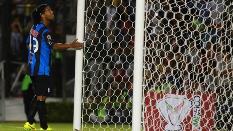 Ronaldinho se lamenta tras haber fallado una pena máxima para empatar el partido ante Tigres