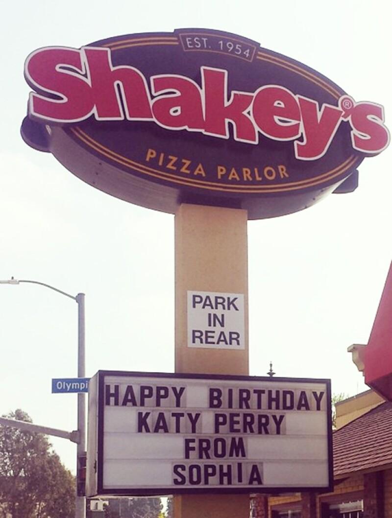 Shakeys Pizza hizo realidad el sencillo deseo de cumpleaños de la cantante.