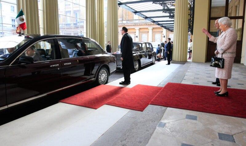 Angélica Rivera y Enrique Peña Nieto fueron despedidos por la reina Isabel II y el duque de Edimburgo.