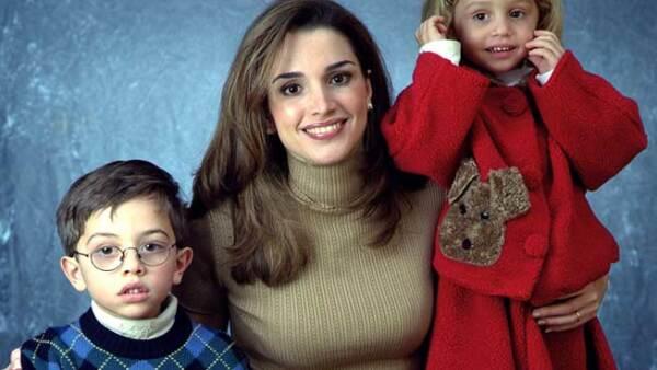 Rania de Jordania es madre del heredero al trono y figura en casi cualquier lista de las mujeres más bellas del mundo.