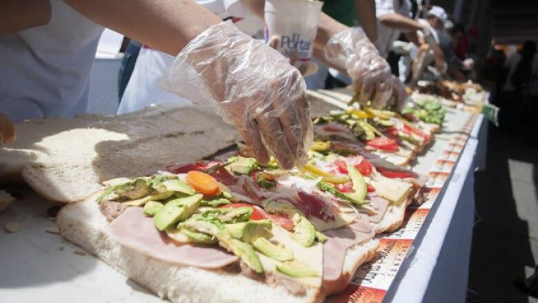 El evento fue inaugurado con la preparación de una torta de 62 metros de longitud y 750 kilos de peso que busca ingresar al libro del récord Guinness.
