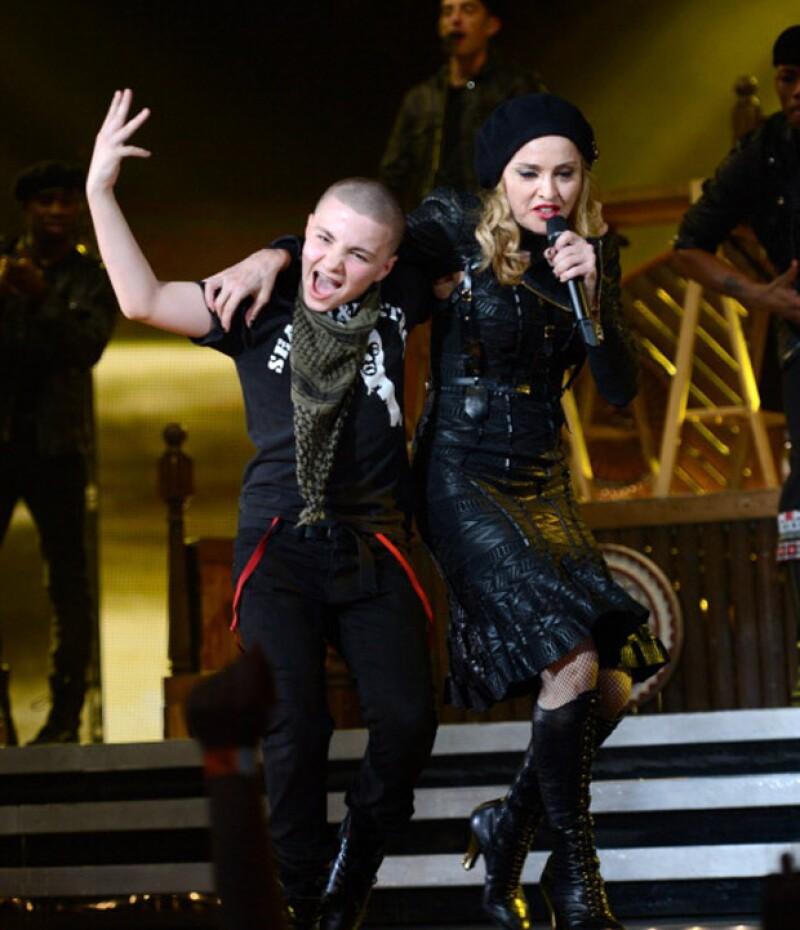 Se dice que todo se debe a que ella lo ha avergonzado en las redes sociales, por lo que optó por escaparse en una parada que hicieron durante el tour de la cantante, Rebel Heart.