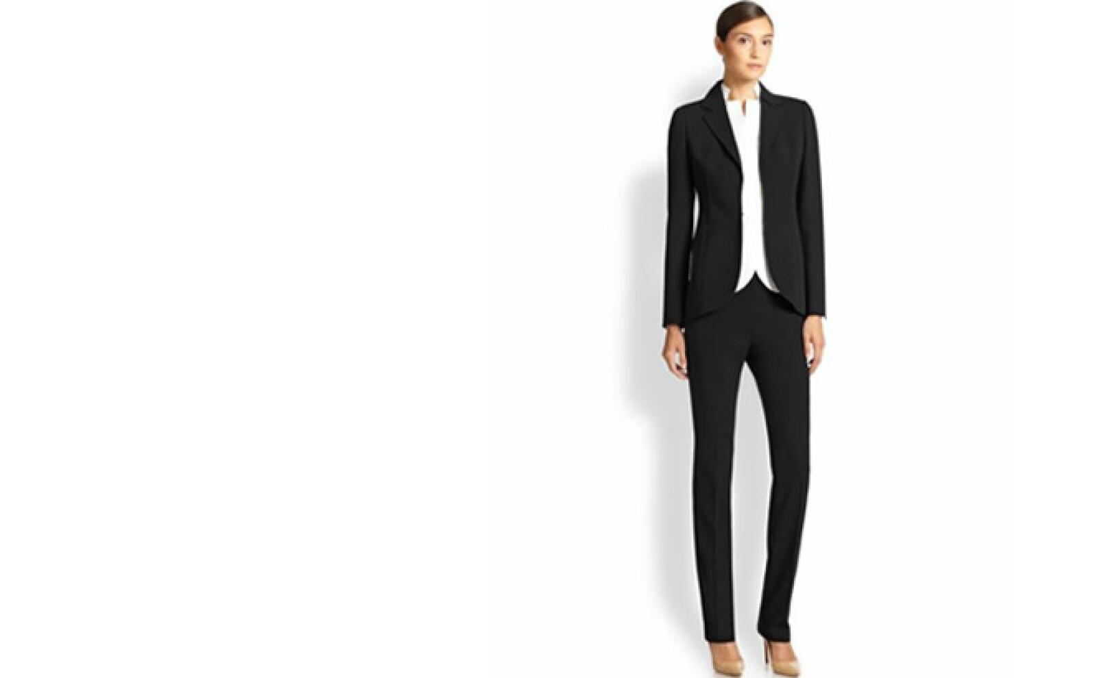 El traje sastre es la prenda elemental para lucir elegante y con autoridad. Negro, marino y gris son los colores básicos.