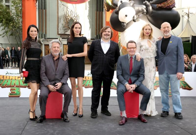 La comparación entre las piernas de Lucy Liu y Angelina Jolie, al posar juntas, dio de que hablar también.
