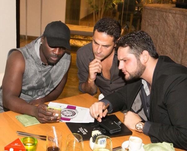 Alesh junto a Akon y su equipo de trabajo en una junta de negocios en Dubai.