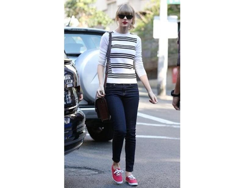 Taylor Swift usando sus keds favoritos en las calles de Los Ángeles.