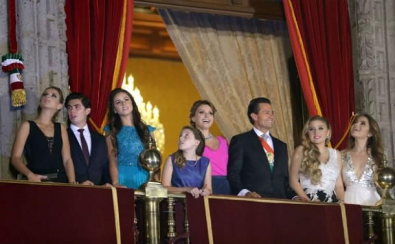 Alejandro Peña y Lula Sámano a la izquierda de la foto. En varias ocasiones Alejandro, de 16 años, posó su mano sobre la cintura de su novia.