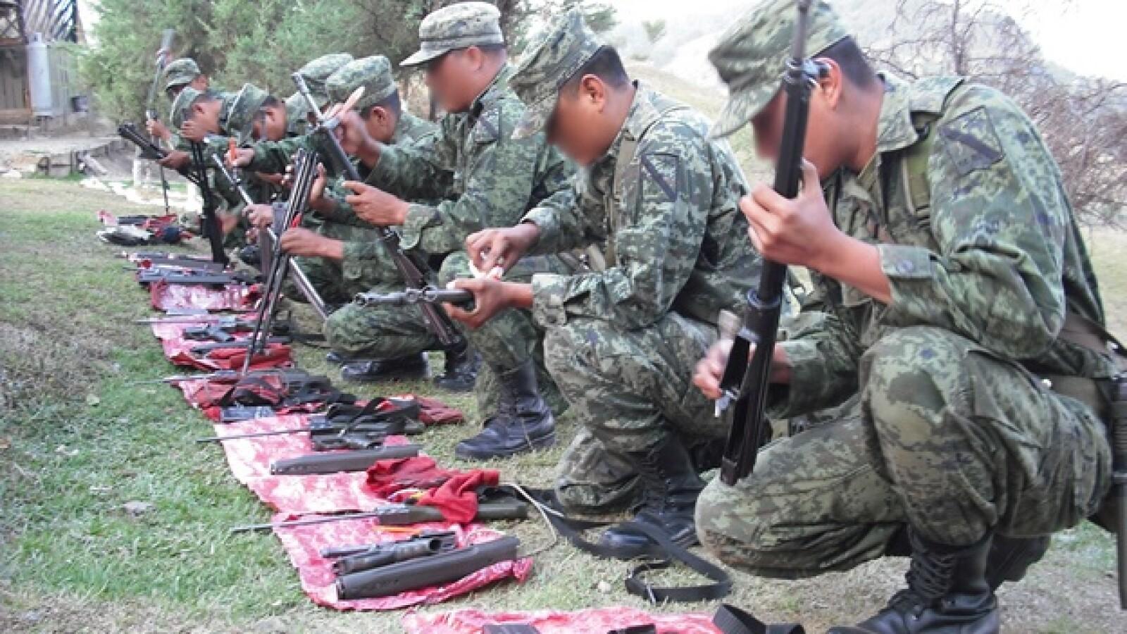 Antes de salir a cualquier operativo, los militares deben revisar su armamento, lo limpian cautelosamente para evitar errores fatales
