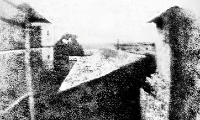 Una lámina de peltre y ocho horas de exposición lograron capturar la primera imagen de la historia. (Foto: Joseph-Nicéphore Niépce)