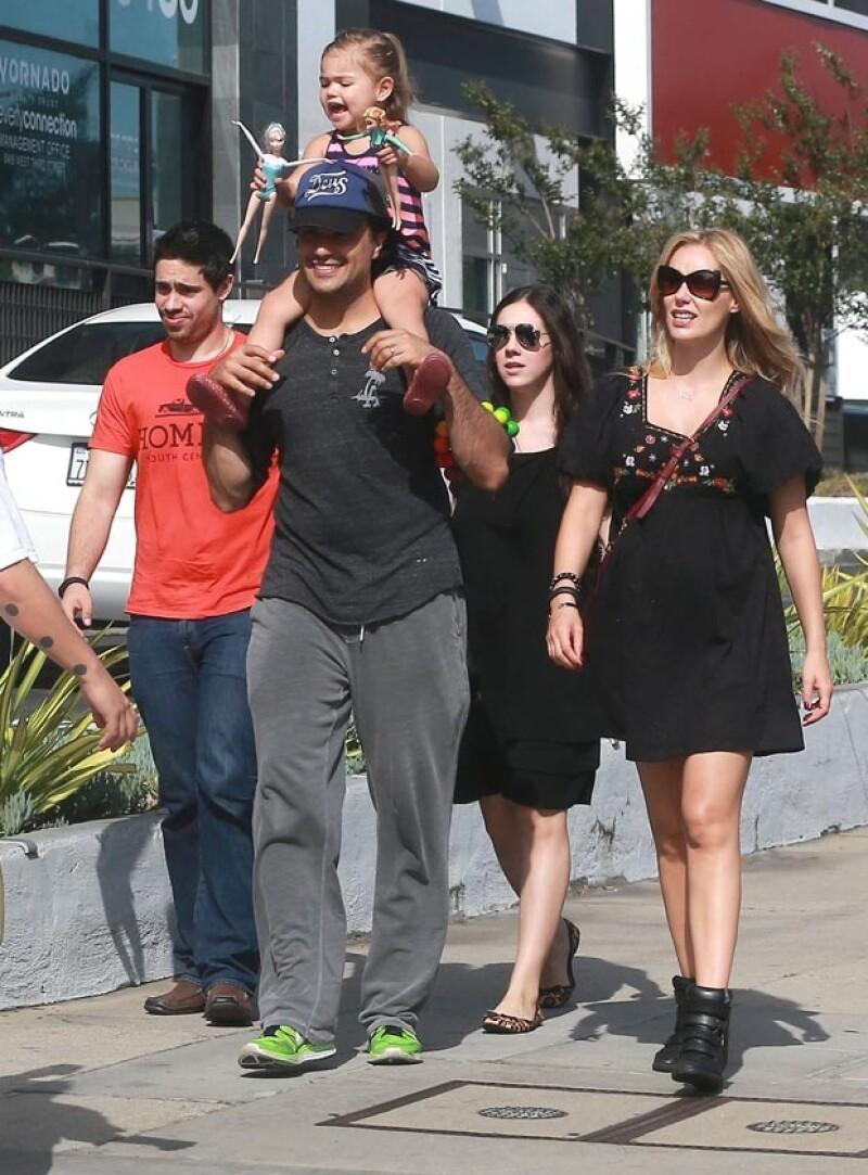 El actor mexicano fue captado en West Hollywood consintiéndo a Elena, de dos años, cuando salía de un restaurante en compañía de su esposa Heidi Balvanera.