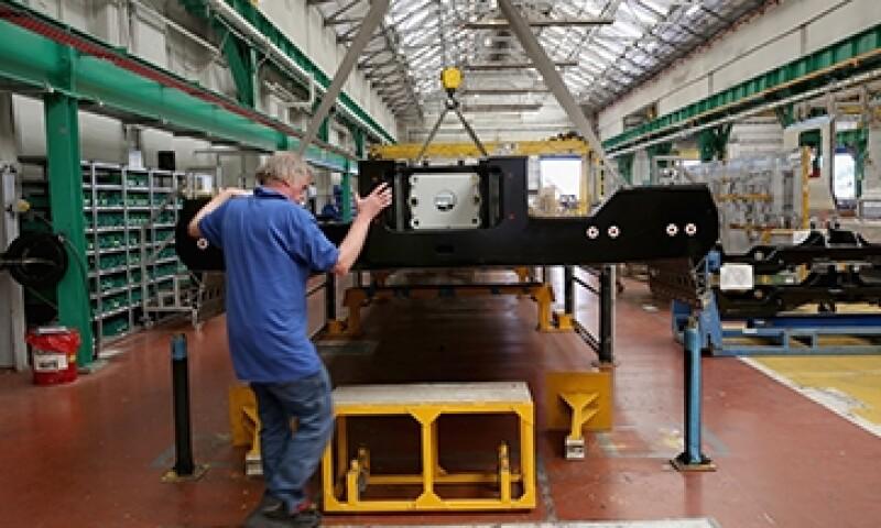 T�cnicos trabajan en los trenes del metro de Londres en la planta de fabricaci�n de Bombardier Transporte