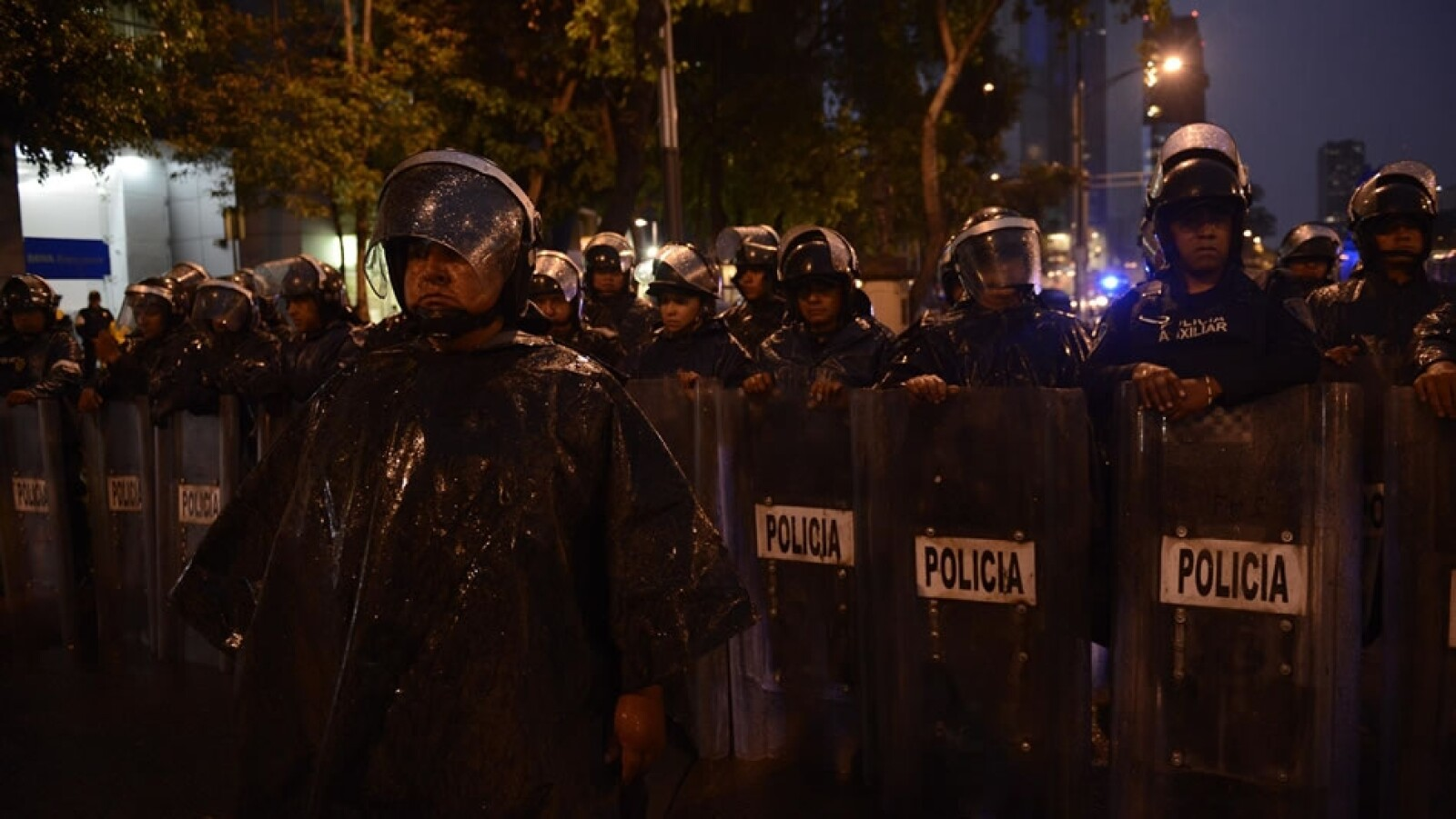 Elementos de la policía de la Ciudad de México estuvieron presentes afuera del Senado