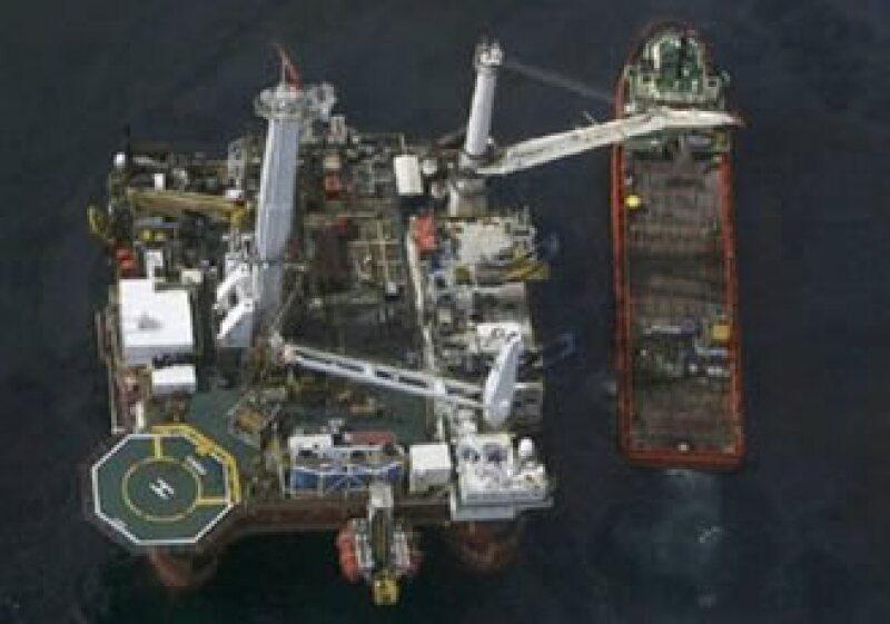 BP batalla para frenar la fuga petrolera del Golfo que ya lleva más de 40 días. (Foto: Reuters)