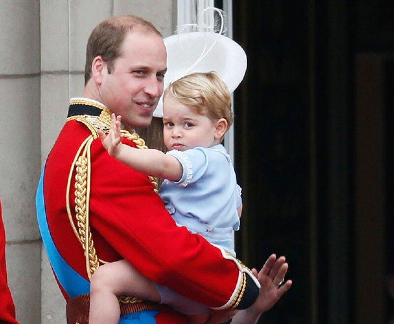 Acompañado por su papá, el príncipe saludó a todo mundo.