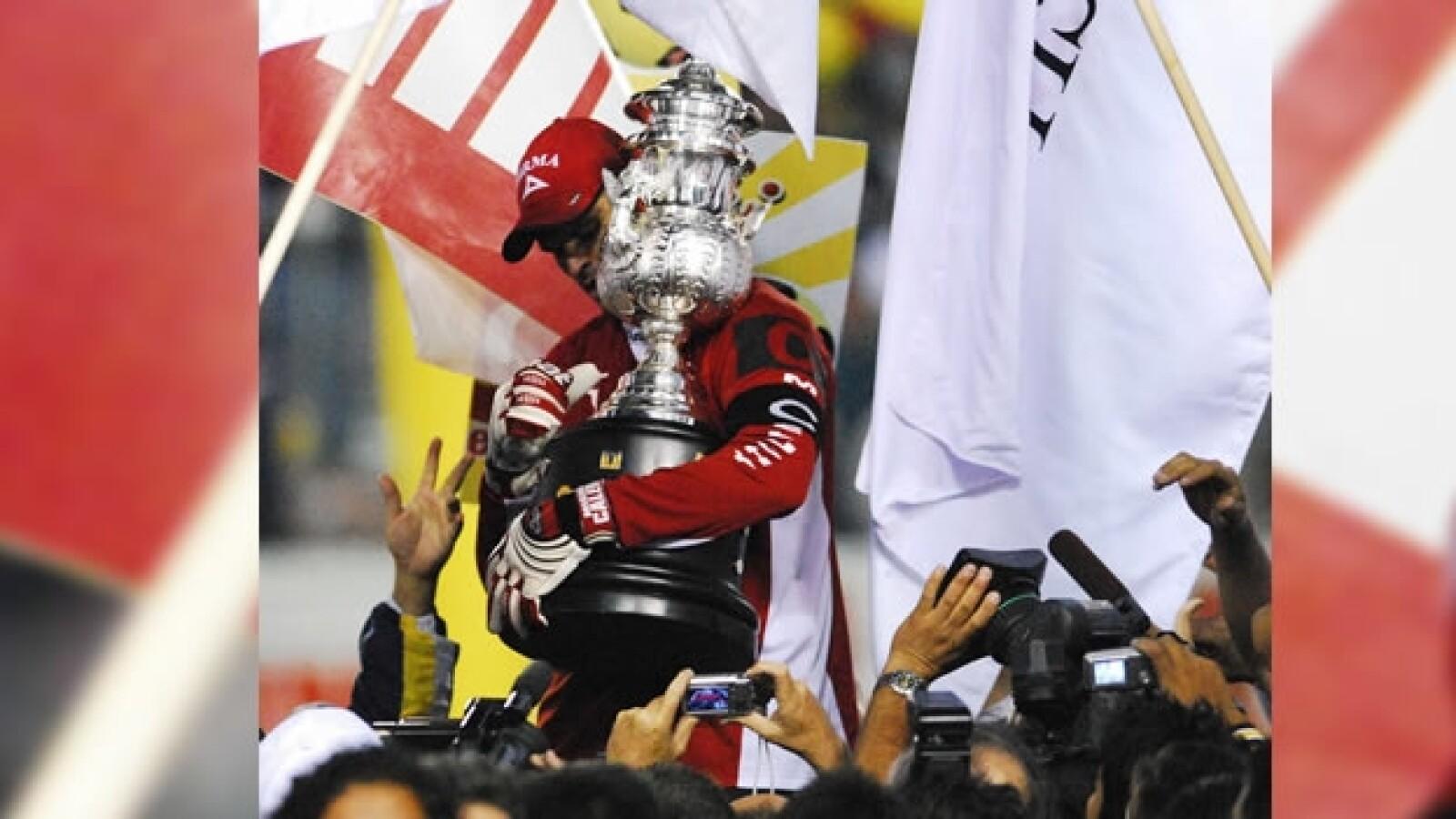 calero sostiene la copa de campeones de liga del torneo clausura 2007