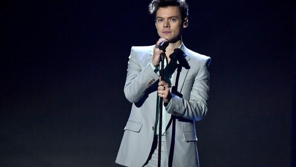 Harry Styles es comparado con Juan Gabriel por el gran parecido de sus looks