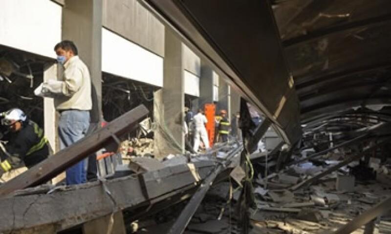 Inicialmente la explosión dejó a trabajadores de Pemex atrapados. (Foto: AP)