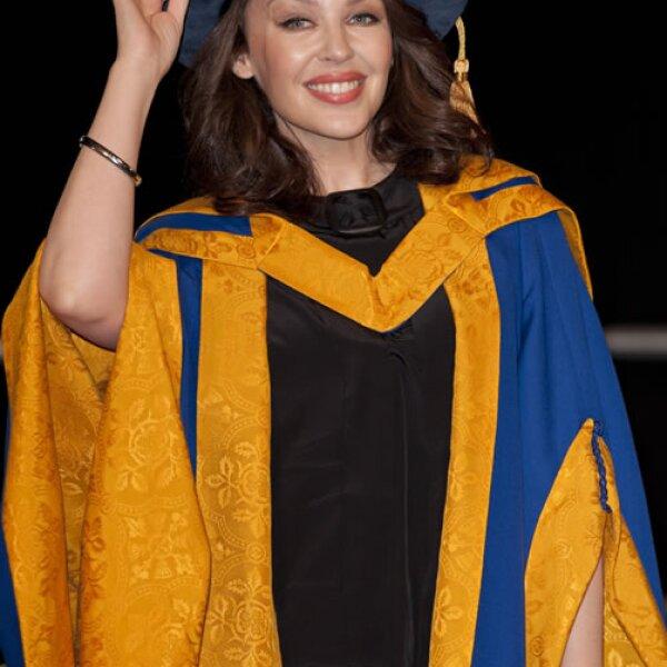 En 2011 Kylie Minogue cambió sus sexys vestidos por una toga. Aquí obteniendo su doctorado en Inglaterra.