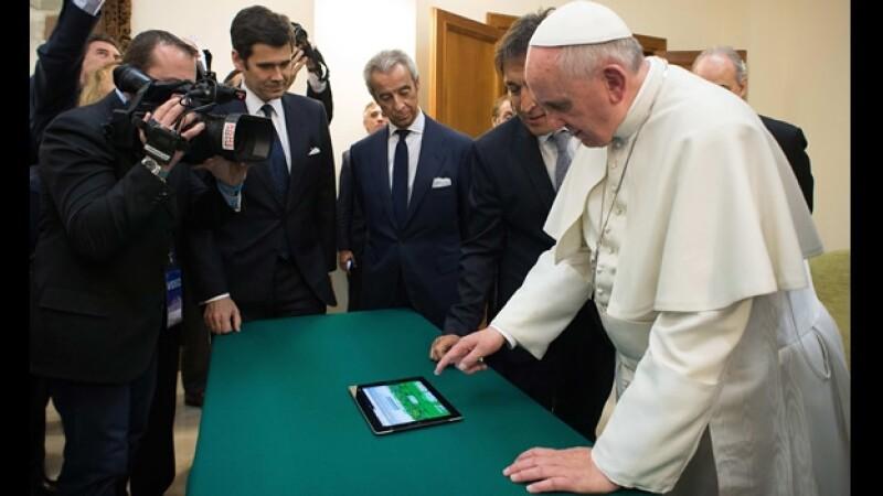 El papa Francisco al momento de 'sembrar' el primer árbol virtual por la paz