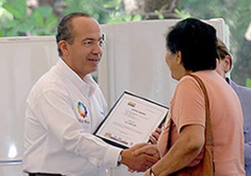 El presidente Felipe Calderón entregó este lunes el refrigerador 1 millón del programa