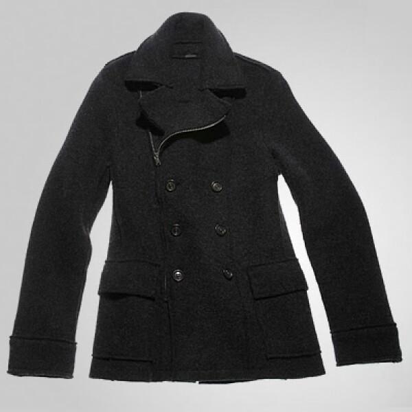 Si necesitas una opción para abrigarte y mantener el estilo, te sugerimos esta gabardina en color negro y botones al frente.