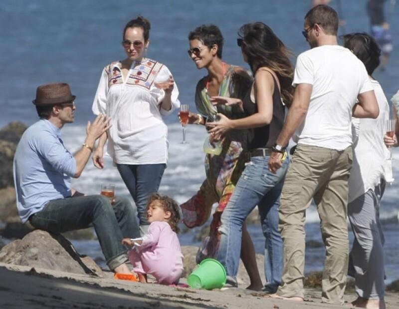 La actriz ganadora del Oscar celebró con sus amigos, su hija y su novio Oliver Martinez.