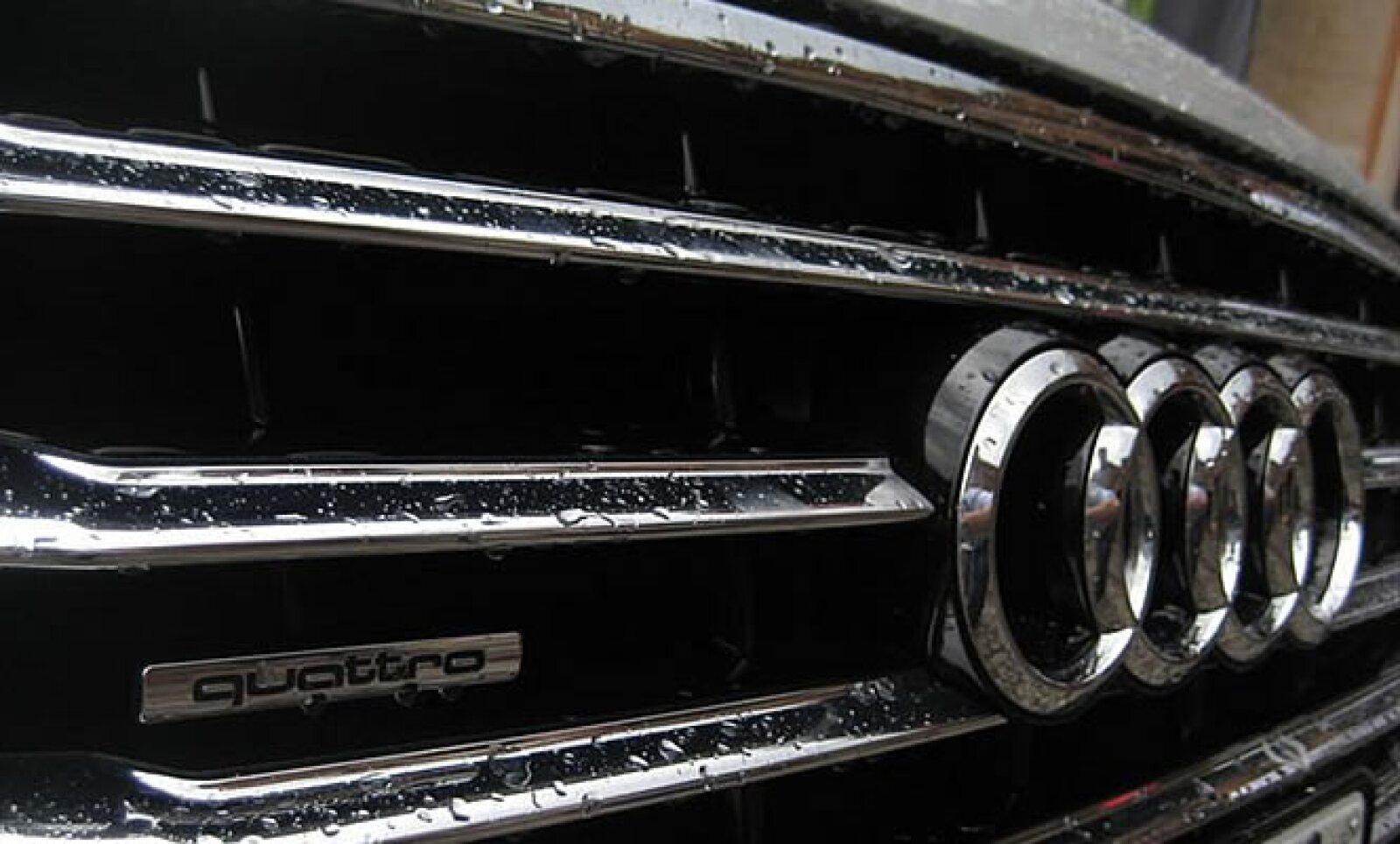 La motorización es de ocho cilindros en V con 4.2 litros de desplazamiento; eroga 372hp y se acopla a una nueva transmisión de ocho velocidades.