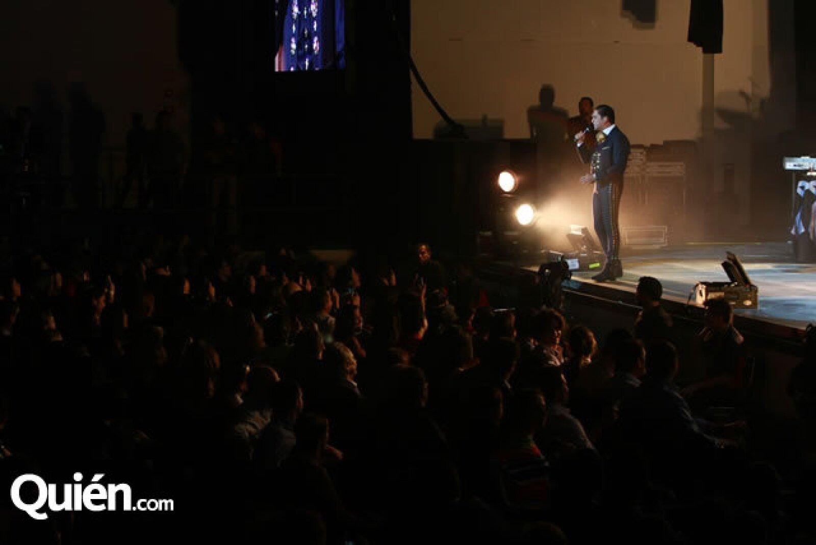 El concierto comenzó a las 9:50 de la noche.