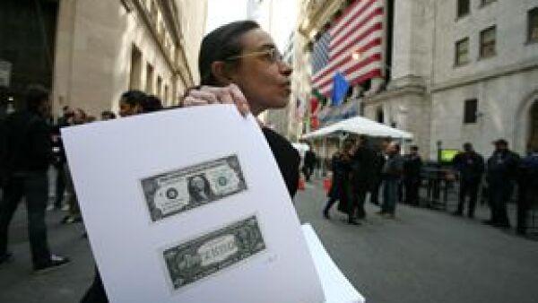 La pintora Laura Gilbert repartió billetes falsos para reprochar sobre la situación económica de EUA.