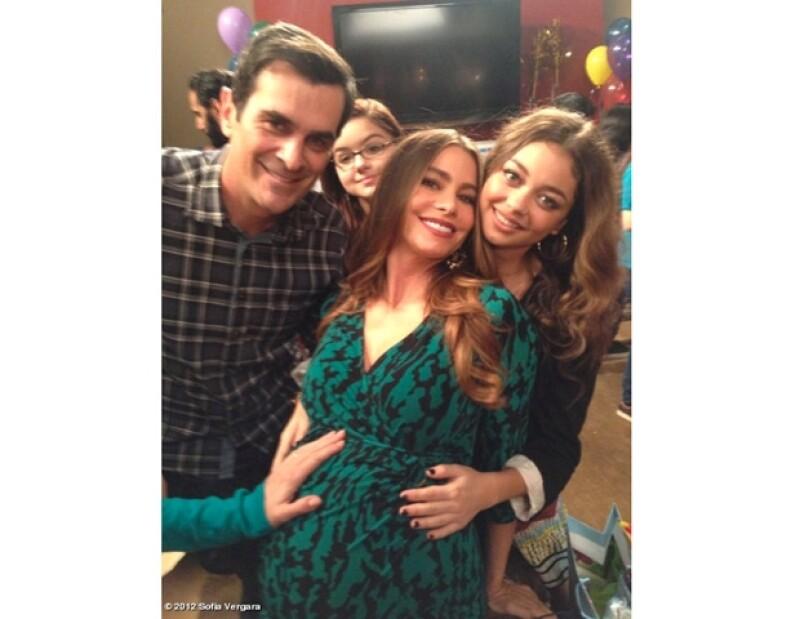 """El personaje de la colombiana en la serie """"Modern Family"""" está esperando un hijo, por ello es que en el set la consienten con abrazos y comida."""