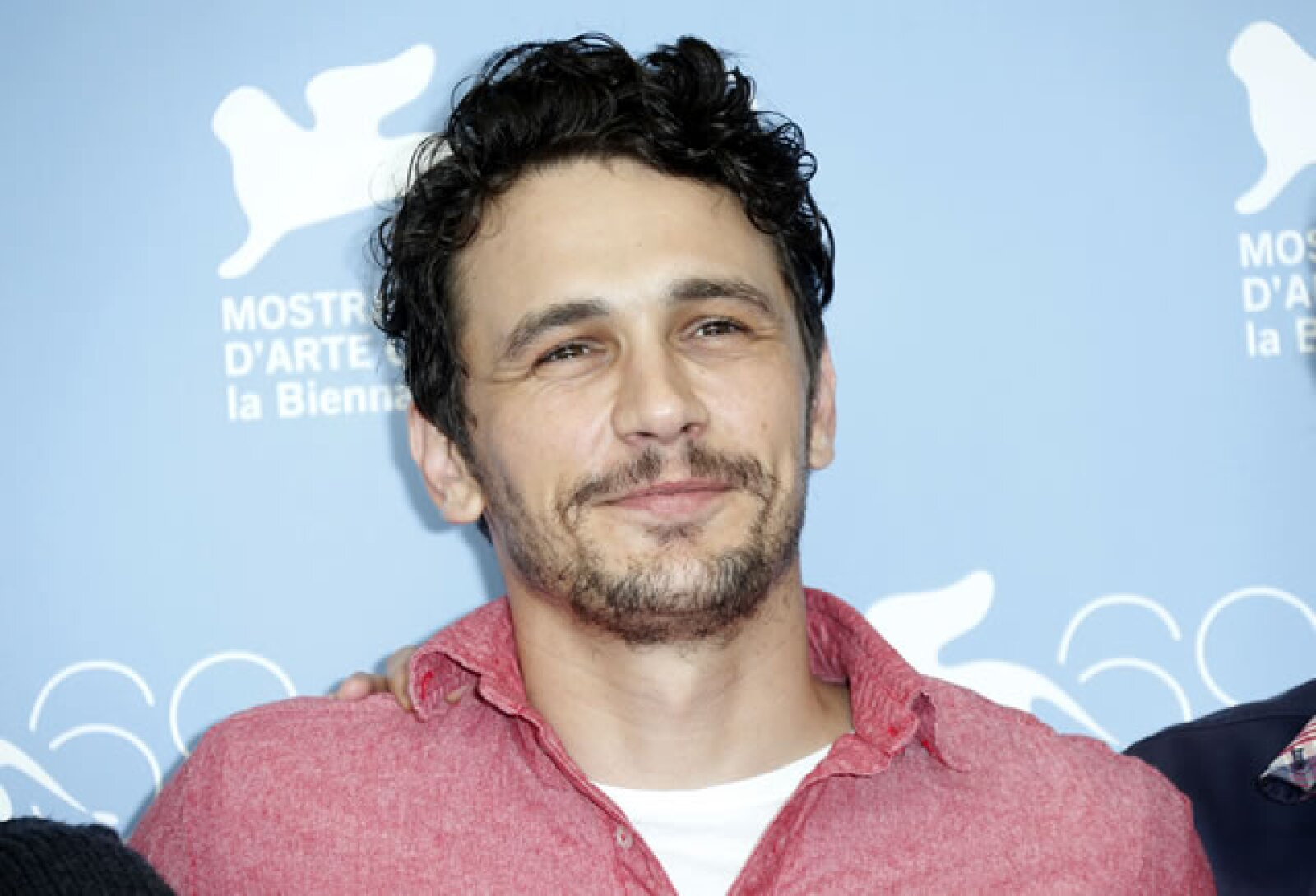 James Franco jugó con un look desaliñado.