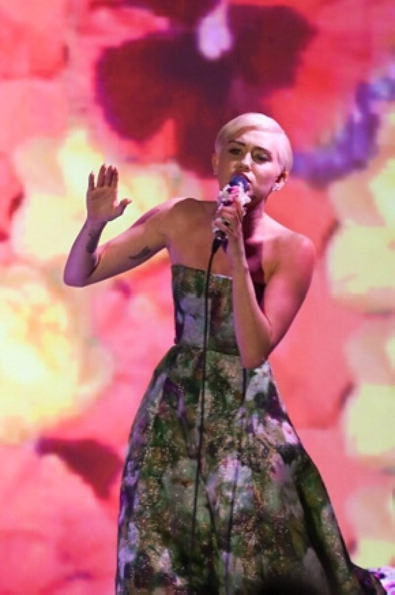 Luego de que el canadiense fuera duramente criticado por unos videos viejos que se publicaron recientemente en donde hacía comentarios racistas, la cantante reprobó que se le juzgara tanto.