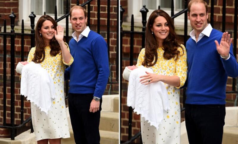 Ambos muy sonrientes, saludaron a todas las personas que desde hace días estuvieron al pendiente del nacimiento del royal baby.