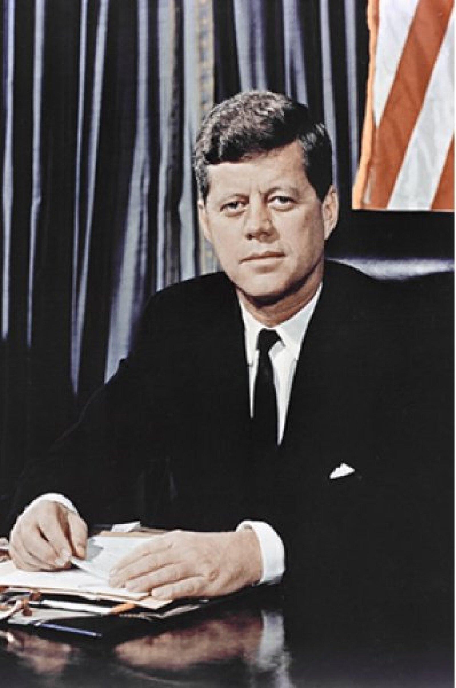 El 22 de noviembre de 1963, John F. Kennedy fue asesinado mientras circulaba en el coche presidencial en la Plaza Dealey en Dallas, Texas.